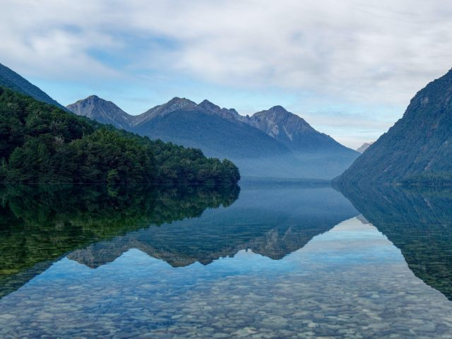 Горы озеро деревья отражение камней
