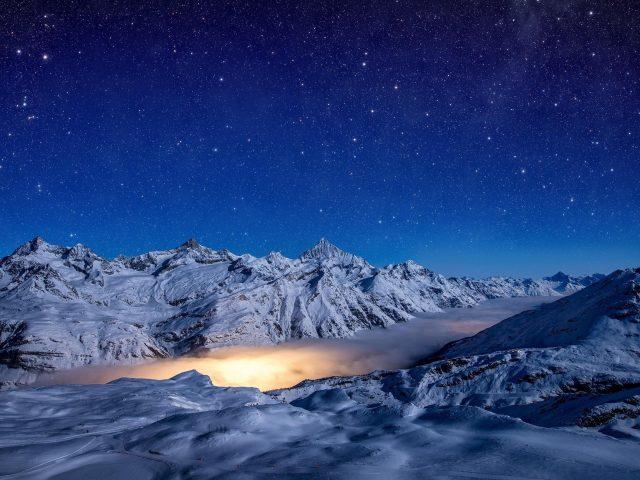 Звездная ночь заснеженные горы природа