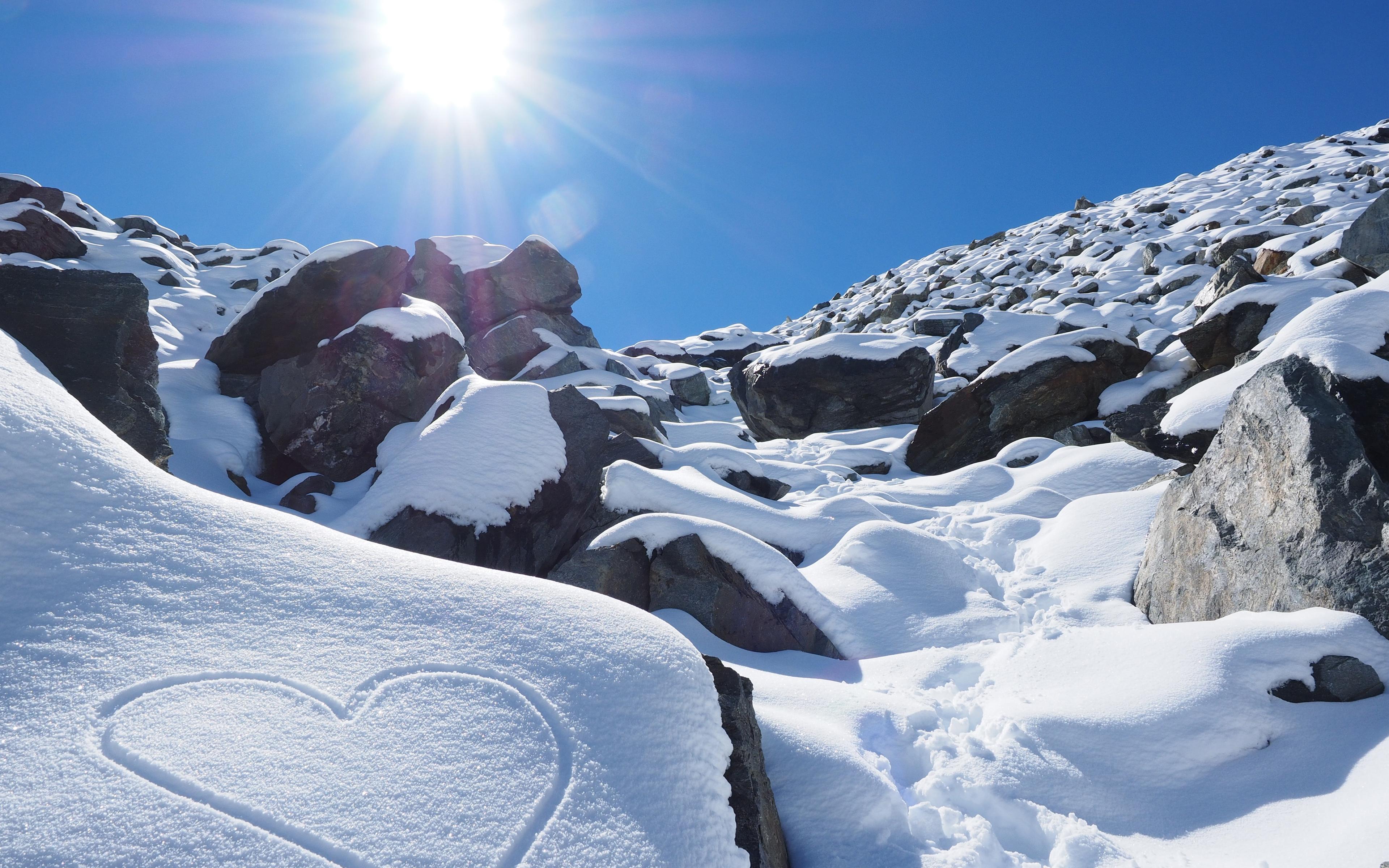 Солнечный снег камни. обои скачать