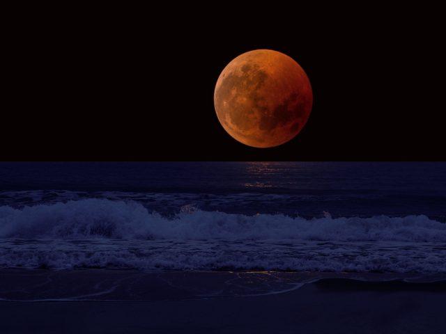 Полная луна затмение морской прибой горизонт