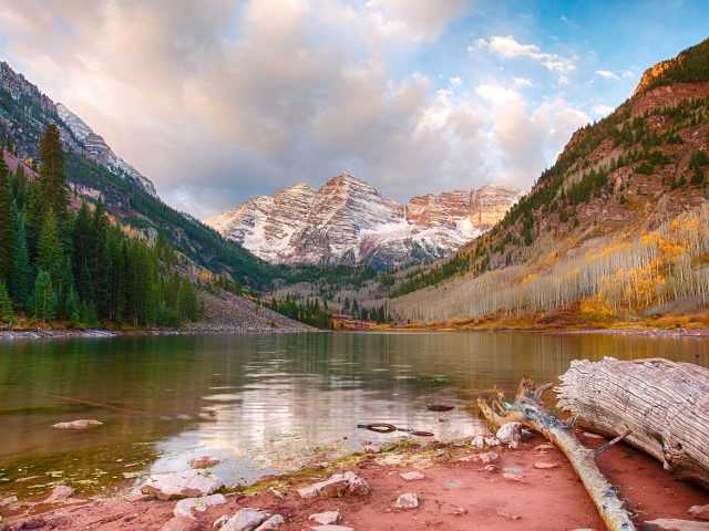Бордовые озеро аспен.