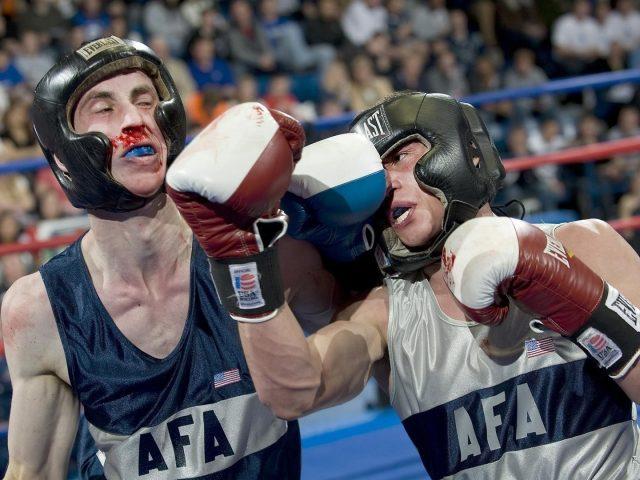 Человек в боксерской перчатке бьет другого человека боксом