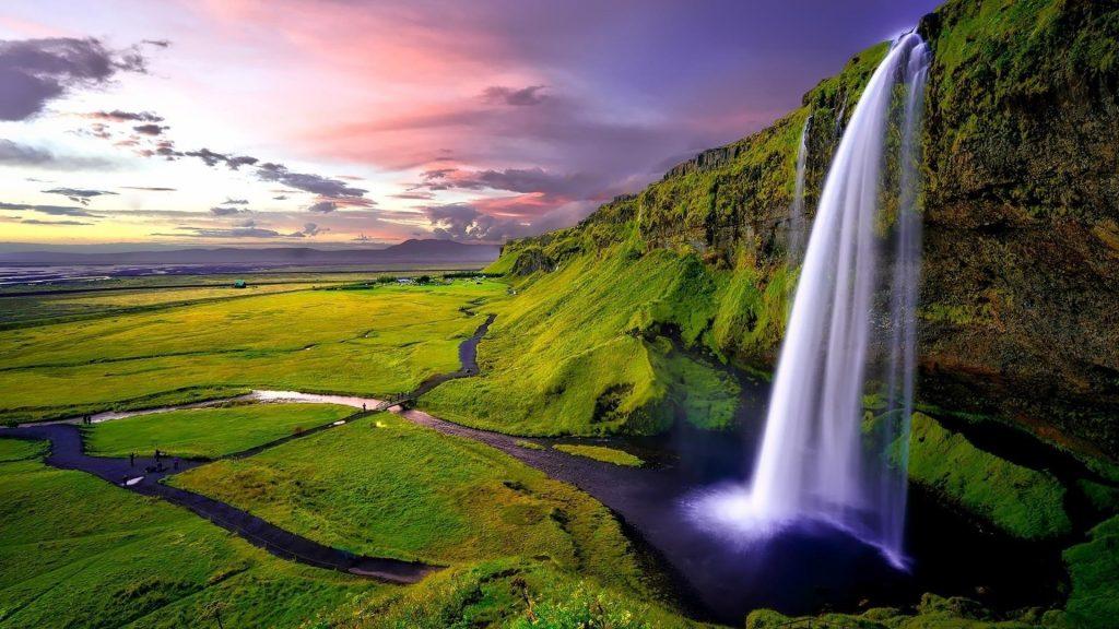Водопад льющийся из зеленых водорослей покрыл горы природы обои скачать