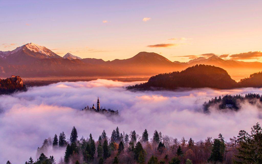 Golden sunrise over mountains. обои скачать