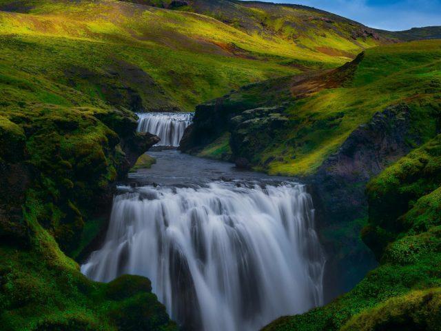 Покрытая зеленью Гора между водопадом